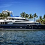 Luxusní jachta v přístavu